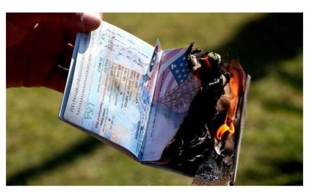 Amerika'nın Kararını Pasaportları Yakarak Protesto Etti