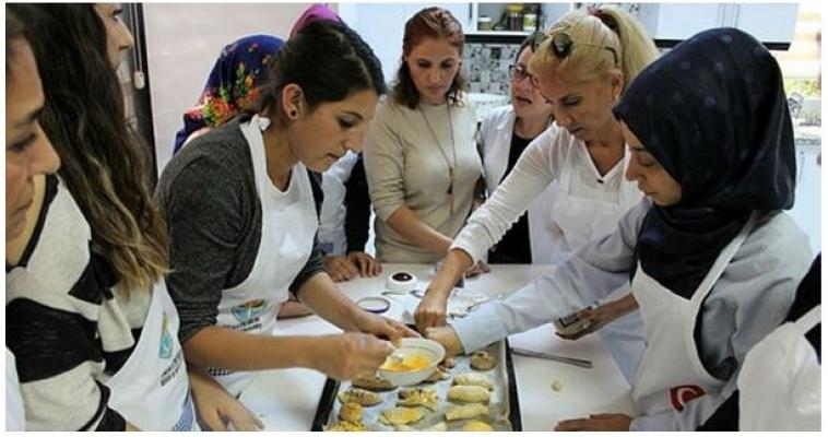Adanalı Kadınlara Aşçılık Kursu