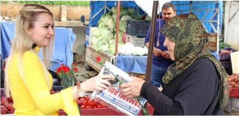 Kozan Belediyesi Kadınlara Çiçek Dağıttı