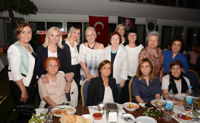 Adana Kız Lisesi Mezunları Derneği, Çukurova Kulübü'nün bahçesinde iftar yemeği düzenledi.