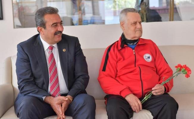 Çukurova Belediye Başkanı Soner Çetin, Türk Futbolun Efsane Hakemlerinden İlyas Ayan'ı Ziyaret Etti