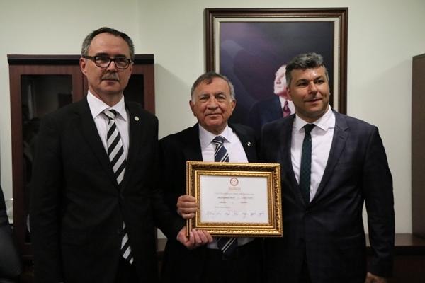 Seyhan Belediye Başkanlığı Görevine Seçilen Akif Kemal Akay, Mazbatasına Alarak Görevine Başladı