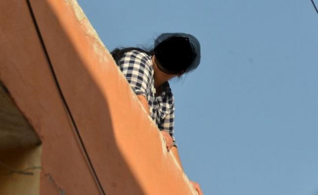 Kocasını Terk Eden Kadın Pişman Olup Çatıya Çıktı