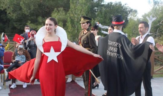 Karataş'ta Cumhuriyet Dönemi Kadın Kıyafetleri Defilesi Düzenlendi
