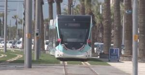 Tramvay Yolunda Namaz Kılan Adam İnsanları Mağdur Etti