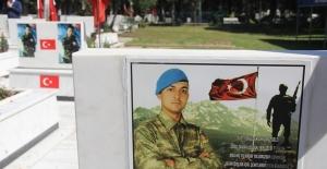Genç Yaşta Şehit Olan Bazı Kahraman Askerlerin Mezarlarına Aileleri Şiir Yazdırdı