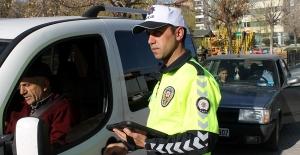 Yeni Üniformalarıyla Trafik Polisleri Görev Başı Yaptı