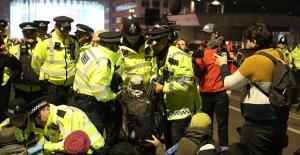Londra'daki Çevre Eylemine Polis Müdahalesi