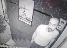 Hırsız Binanın Kapısını Açamayınca Güvenlik Kamerasını Söküp Kaçtı! O Anlar Saniye Saniye Kamera'ya Yansıdı!